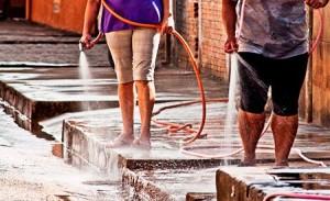 Quem lavar a calçada com água da Sabesp será multado